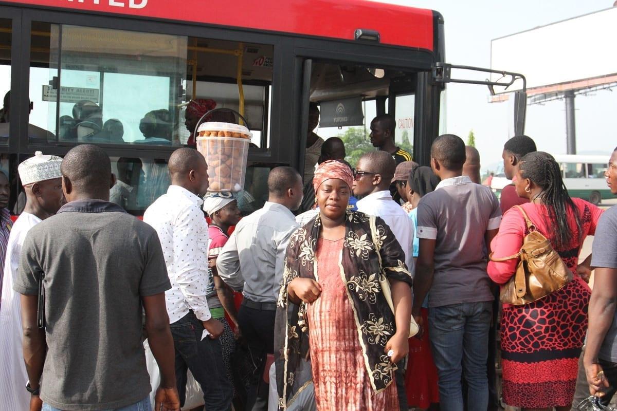 Farida wacht bij overvolle bus in Abuja Nigeria